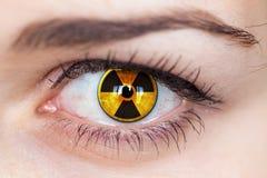 Menselijk oog met stralingssymbool. Stock Foto's