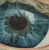 Menselijk oogblauw met bezinningshand royalty-vrije stock foto's