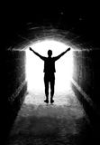 Menselijk silhouet in tunneluitgang Stock Foto's