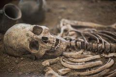 menselijk skelet die op de grond liggen royalty-vrije stock foto
