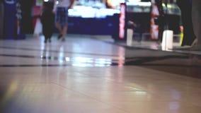 Menselijk verkeer in de wandelgalerij stock video