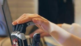 Menselijk vrouwelijk touchs innovatief robotachtig cybernetisch wapen Ultramodern robotachtig technologieconcept stock video