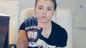 Menselijk vrouwelijk touchs innovatief robotachtig cybernetisch wapen Ultramodern robotachtig technologieconcept stock footage