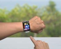 Menselijke app van het vingerpunt pictogrammen van smartwatch met gebogen interface Stock Fotografie