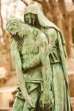 Menselijke beeldhouwwerken bij de Begraafplaats van Parijs Stock Foto