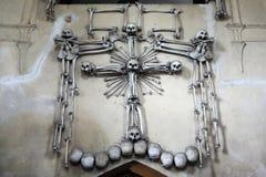 Menselijke beenderen en schedels in het Sedlec-Ossuarium Stock Foto's
