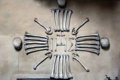 Menselijke beenderen en schedels in het Sedlec-Ossuarium Stock Afbeeldingen