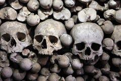 Menselijke beenderen en schedels in Sedlec-Ossuarium dichtbij Kutna Hora Stock Foto's