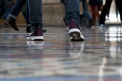 Menselijke benen in motie op de galerij in Milaan Stock Foto's
