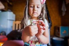 Menselijke de Babykwartels van de handenzorg royalty-vrije stock foto