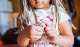 Menselijke de Babykwartels van de handenzorg royalty-vrije stock afbeelding