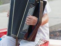 Menselijke hand die de harmonika spelen royalty-vrije stock afbeelding