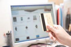 Menselijke Hand die een creditcard houdt royalty-vrije stock foto