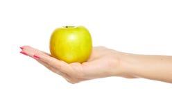 Menselijke hand die gele appel houdt Stock Foto's