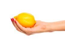 Menselijke hand die gele citroen houdt Stock Afbeelding