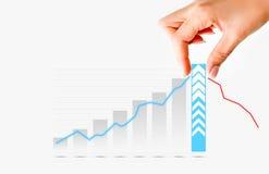Menselijke hand die grafiekbar trekken die verhoging van verkoop of zaken voorstellen royalty-vrije stock afbeeldingen