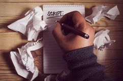 Menselijke hand die op een notitieboekje schrijven royalty-vrije stock afbeeldingen