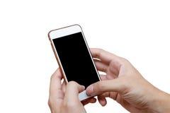 Menselijke hand die witte telefoon op het zwarte die scherm houden met het knippen van weg wordt geïsoleerd Stock Foto's