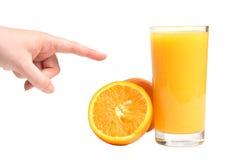 Menselijke hand en verse sappige sinaasappel Stock Afbeelding