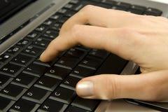 Menselijke hand op laptop toetsenbord Royalty-vrije Stock Foto's