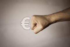 Menselijke hand op uitstekende achtergrond om sterkte uit te drukken Stock Afbeelding