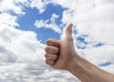 Menselijke hand tegen de blauwe hemel royalty-vrije stock fotografie