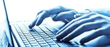 Menselijke handen die aan laptop werken Stock Afbeeldingen