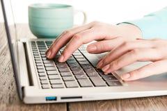 Menselijke handen die aan laptop werken Royalty-vrije Stock Afbeeldingen