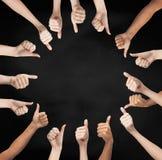 Menselijke handen die duimen in cirkel tonen Stock Afbeeldingen