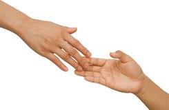 Menselijke handen die elkaar proberen te bereiken stock foto's