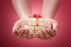 Menselijke handen die gift houden voor het in dozen doen dag Royalty-vrije Stock Foto