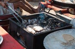 Menselijke handen die groenten in keuken koken Royalty-vrije Stock Foto's
