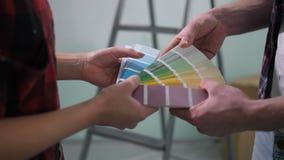 Menselijke handen die kleur kiezen van kleurenpalet stock footage