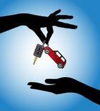 Menselijke handen die moderne autosleutels met automatisch sluitensysteem en rood autosymbool ruilen Stock Fotografie