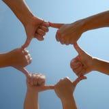 Menselijke handen die in ring worden verbonden. Stock Foto