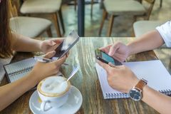 Menselijke handen die smartphone gebruiken stock afbeelding