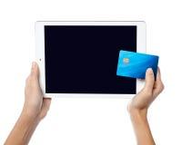 Menselijke handen die tabletpc en creditcard houden Royalty-vrije Stock Fotografie