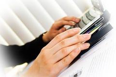 Menselijke handen en laptop Stock Fotografie