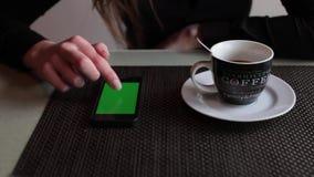 Menselijke handen met de telefoon op hromakey en het groene scherm stock video