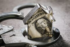 Menselijke hebzucht of het concept op fraude van munttransacties met onroerende goederen royalty-vrije stock foto