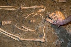 Menselijke overblijfselen in zand Stock Afbeeldingen