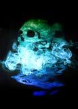 Menselijke schedel, bezinning en rook stock foto's