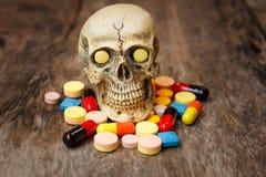 Menselijke schedel in de stapel van drugs Royalty-vrije Stock Foto's