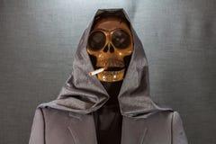 Menselijke schedel die een sigaret op een zwarte achtergrond, Sigaret roken zeer gevaarlijk voor mensen Gelieve te roken niet Hal Royalty-vrije Stock Foto