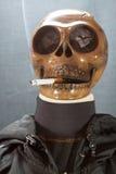 Menselijke schedel die een sigaret op een zwarte achtergrond, Sigaret roken zeer gevaarlijk voor mensen Gelieve te roken niet Hal Stock Foto's
