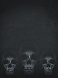 Menselijke schedel in kap op donkere achtergrond De banner van Halloween Stock Afbeeldingen