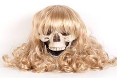 Menselijke schedel met blond haar stock fotografie