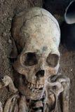 Menselijke schedel met donkere achtergrond Concept dood, verschrikking en anatomie Griezelig Halloween-symbool Stock Fotografie