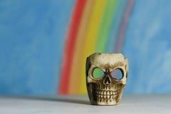 Menselijke schedel met een blauwe hemel en regenboogachtergrond Royalty-vrije Stock Afbeelding
