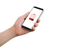Menselijke smartphone van de handgreep, tablet, celtelefoon met het virtuele lage pictogram van de batterijstatus op het scherm Stock Fotografie